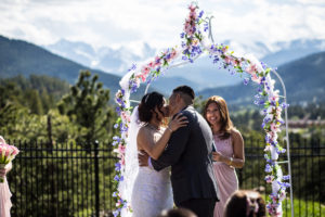 Couple kissing at the altar 3